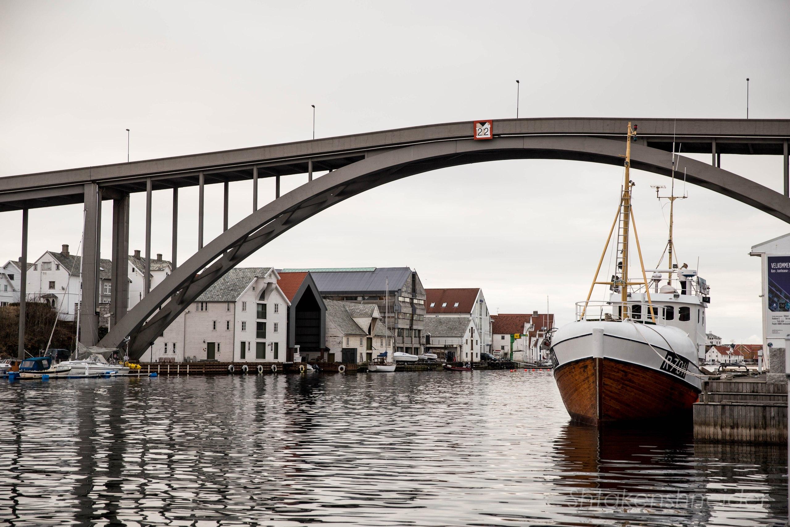 Автомобильный мост в Risøy над мариной Хёугесунна.
