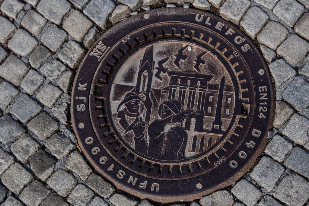 Канализационный люк со всеми главными достопримечательностями Хёугесунна