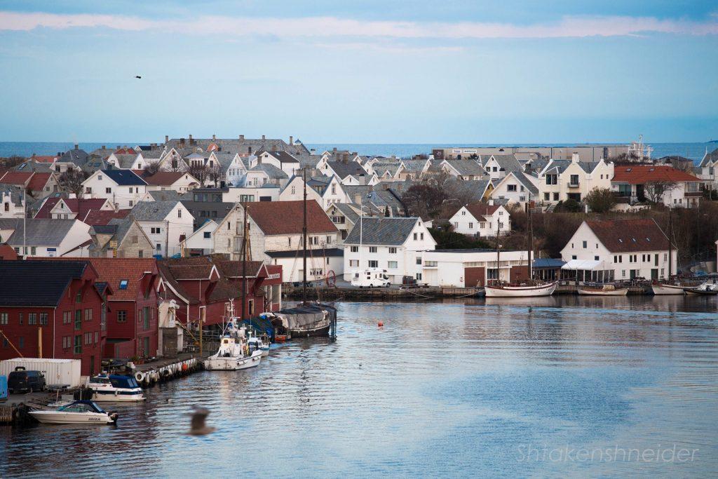 Вид на город Хёугесунн с моста