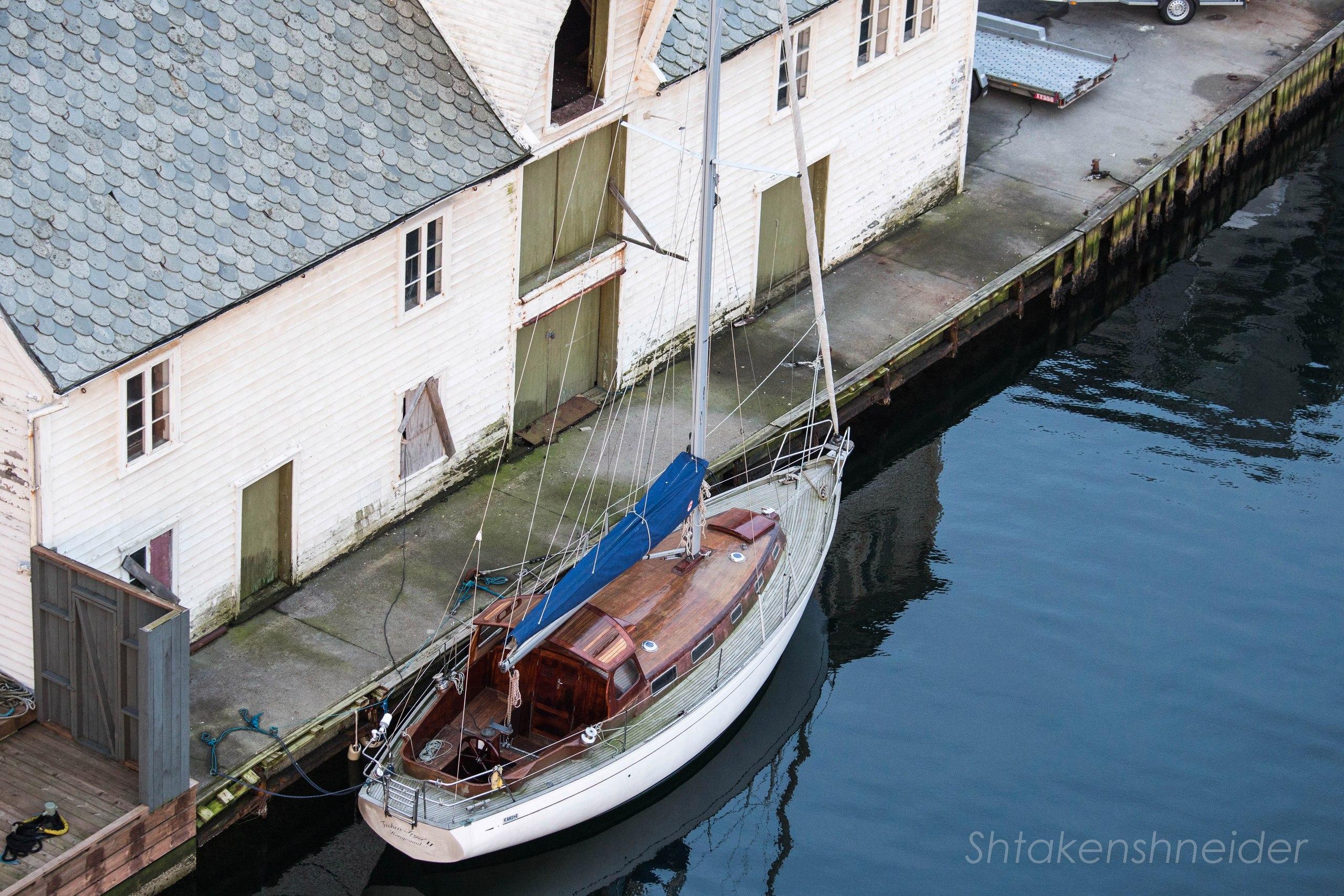 Хёугесунн, Норвегия. Яхта в марине.