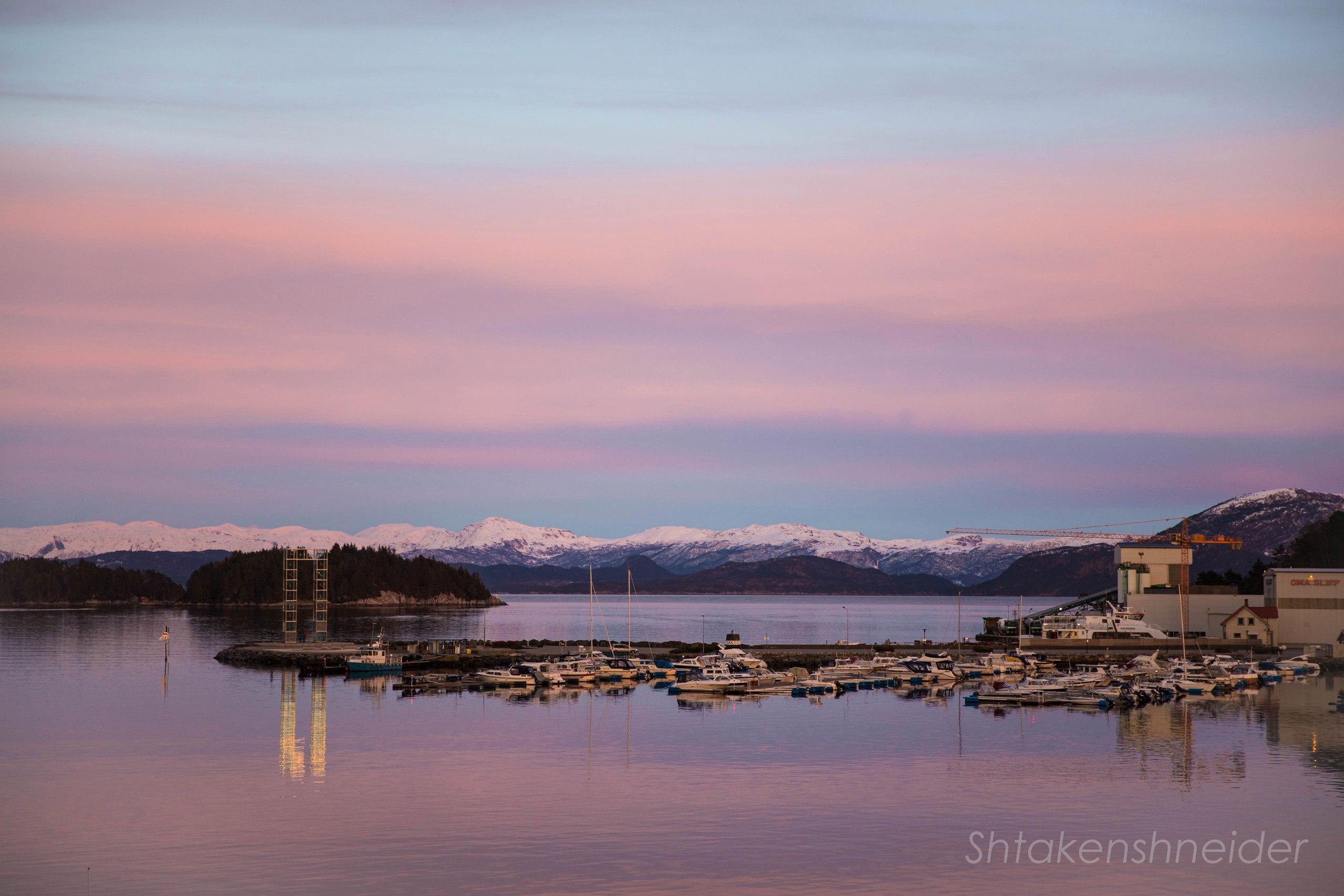Закат в городе Лейрвик, Норвегия: фото