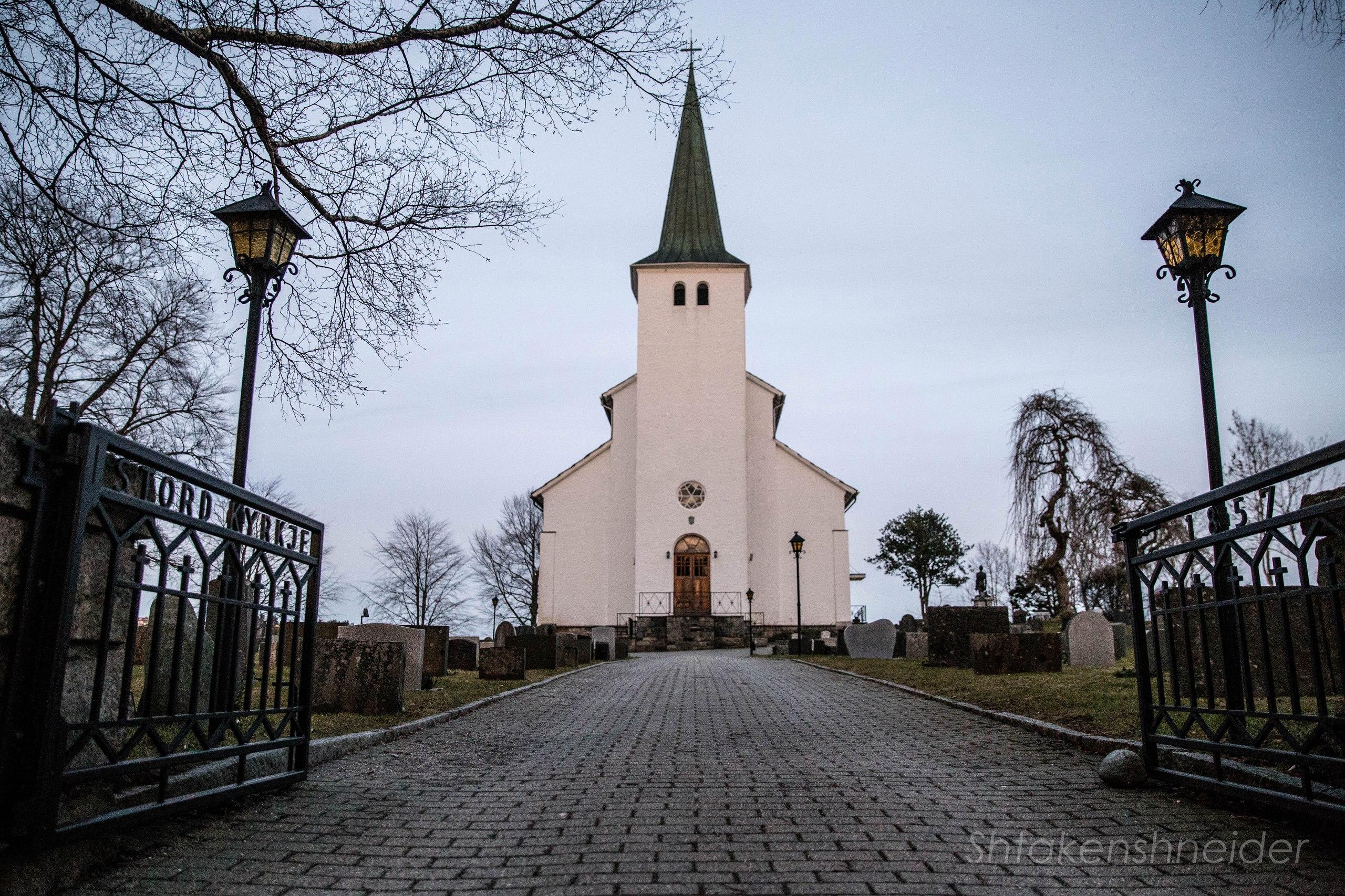 Stord Kyrkje и прилегающее кладбище в Лейрвике, Норвегия.