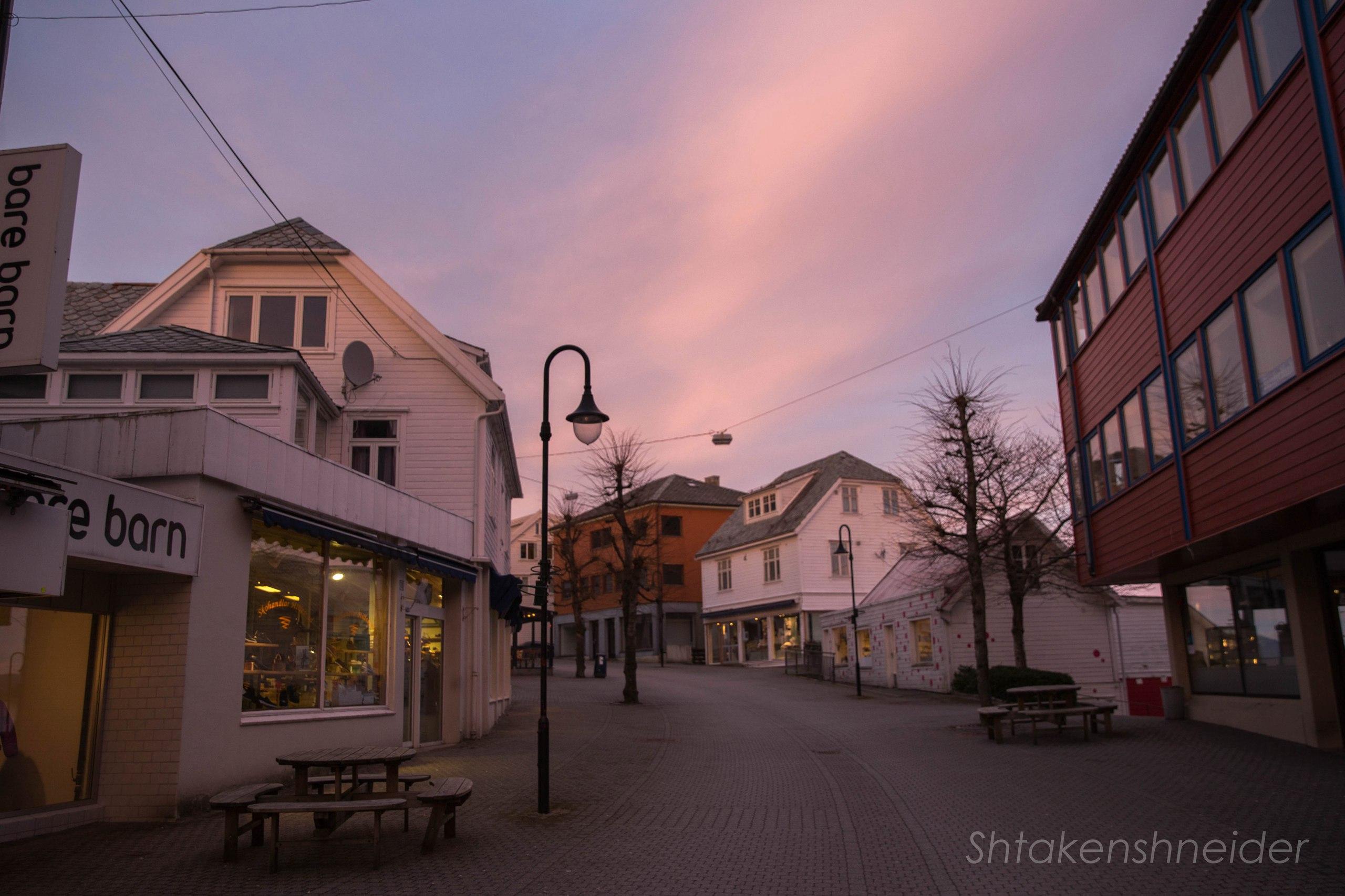 Лейрвик: фото улицы с магазинами в Хордаланне, Норвегия.
