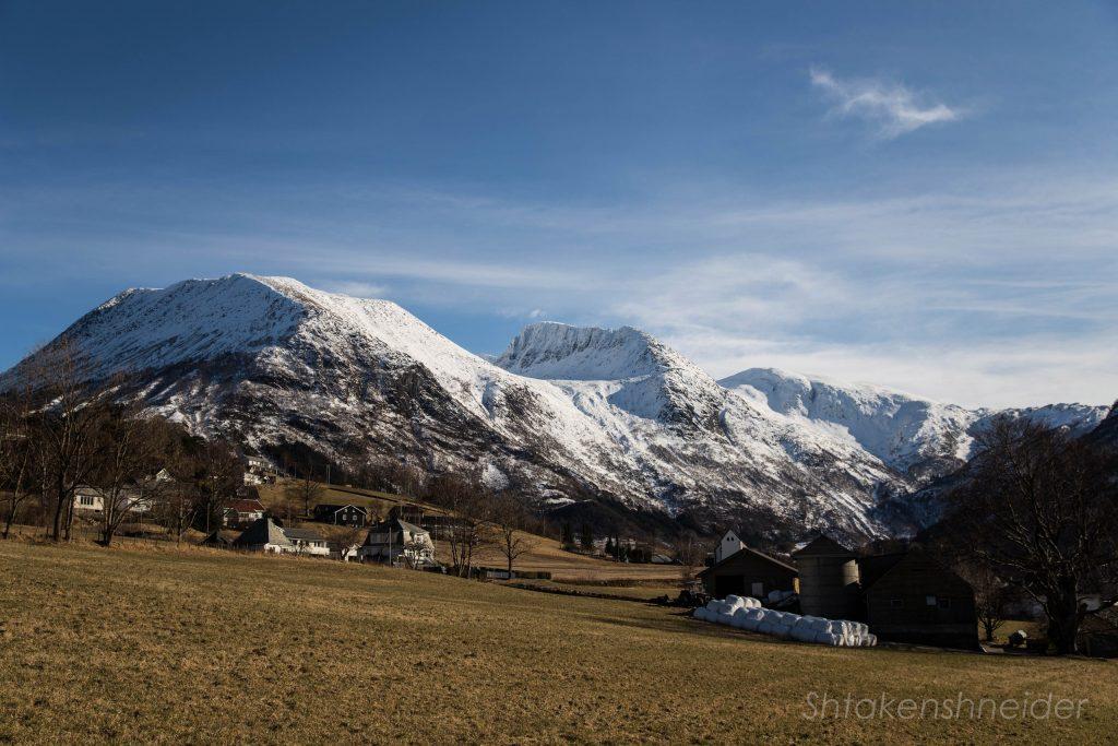 Вид на ледник Фолгефонна и Kvinnherad Church