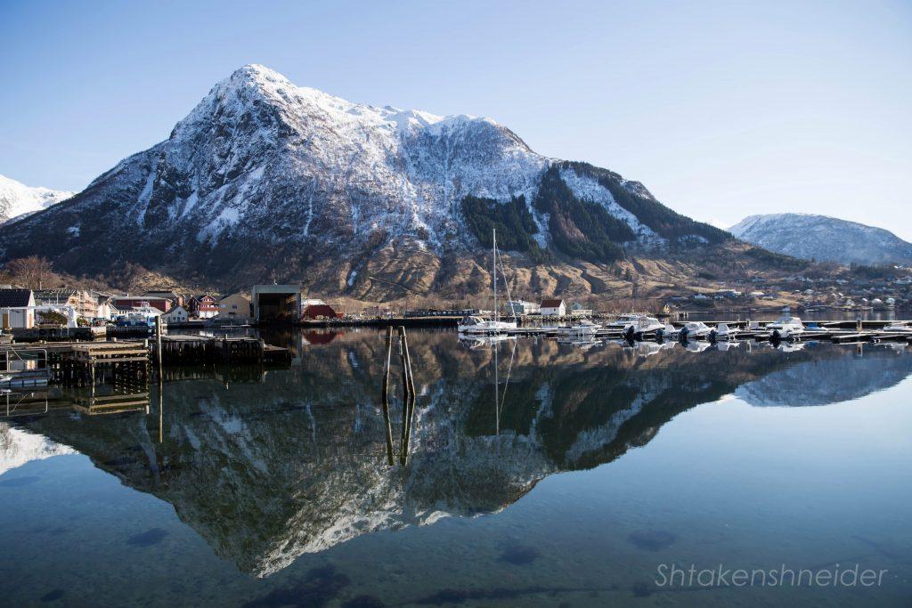 Утро в марине в городе Русендал, Норвегия