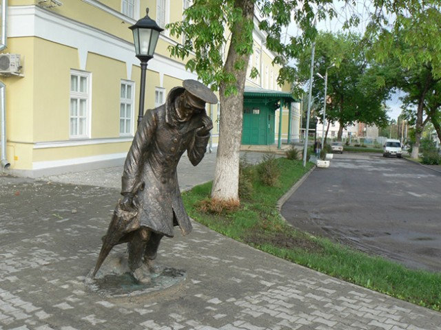 """Памятник """"Человек в футляре"""" в Таганроге"""