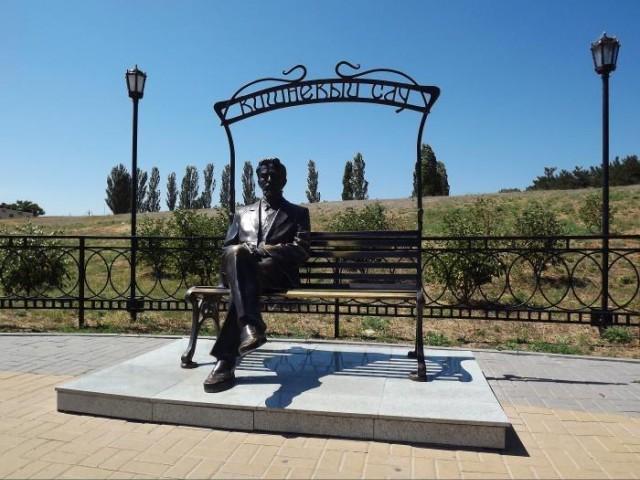 """Памятник Чехову в Таганроге """"Вишневый сад"""""""