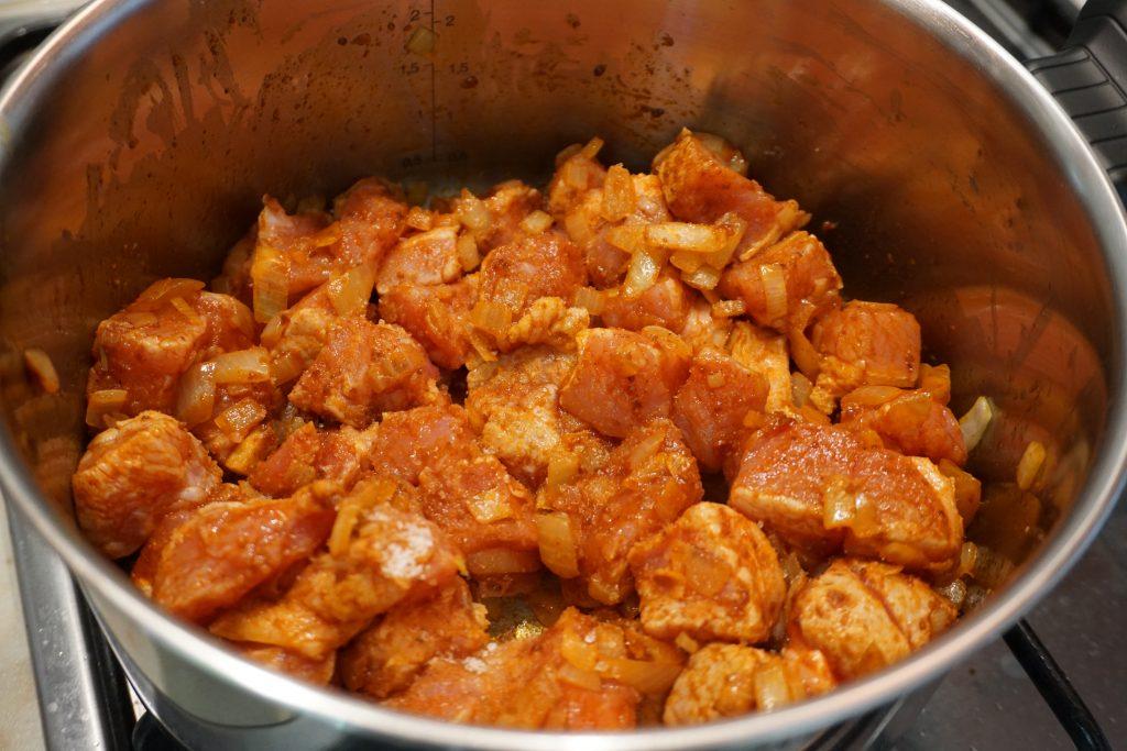 Рецепт венгерского гуляша с фото: добавляем свинину к луку
