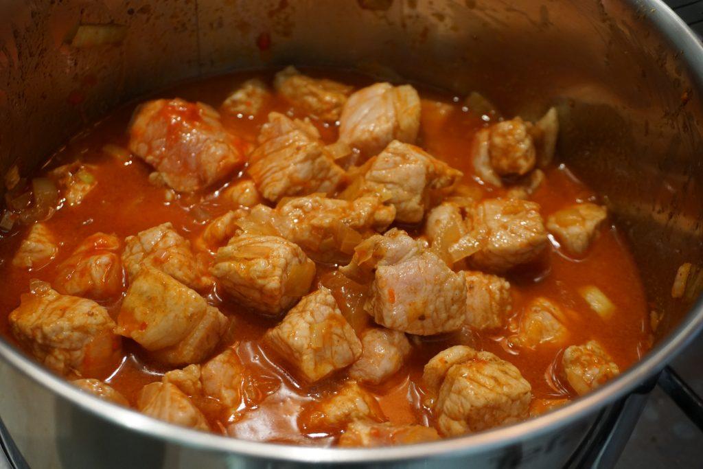 Рецепт венгерского гуляша с фото: добавляем свинину и тушим 10 минут
